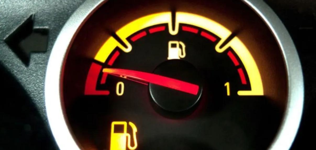 """Сколько машина может проехать """"на лампочке"""". Фото: playtech.ro"""
