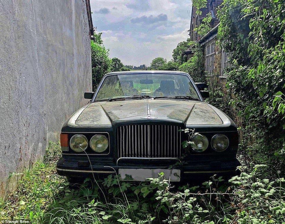 Возле дома остался роскошный Bentley.