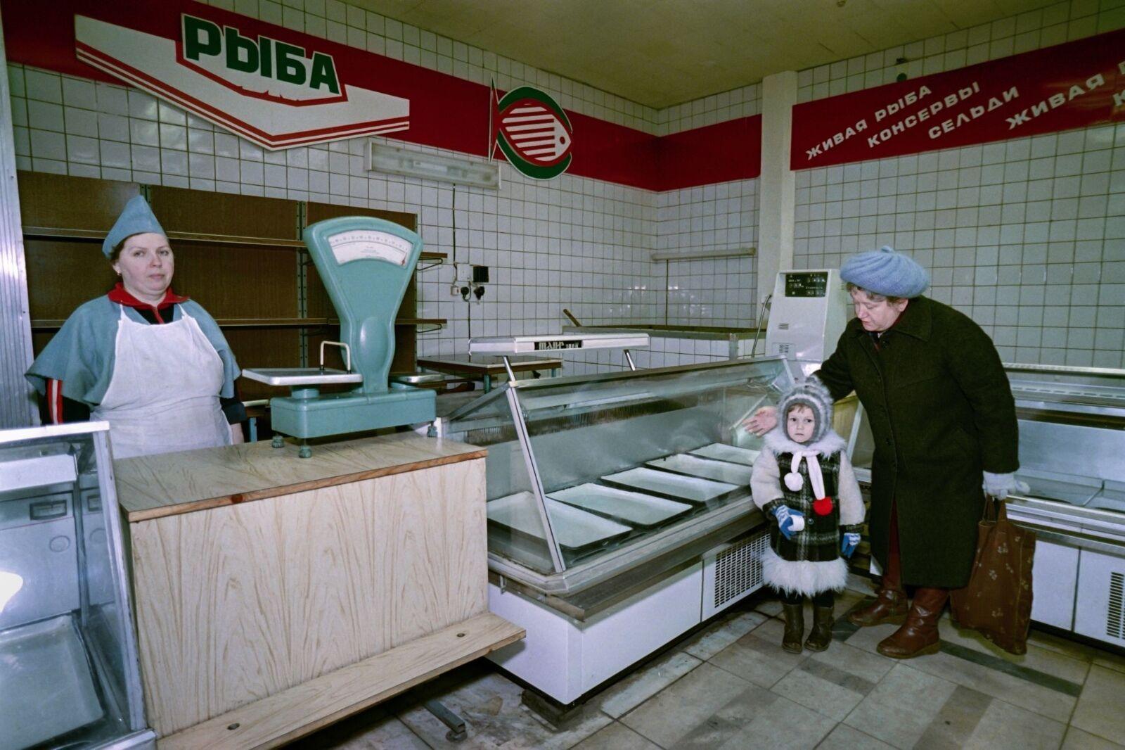 Женщина с ребенком в абсолютно пустом магазине