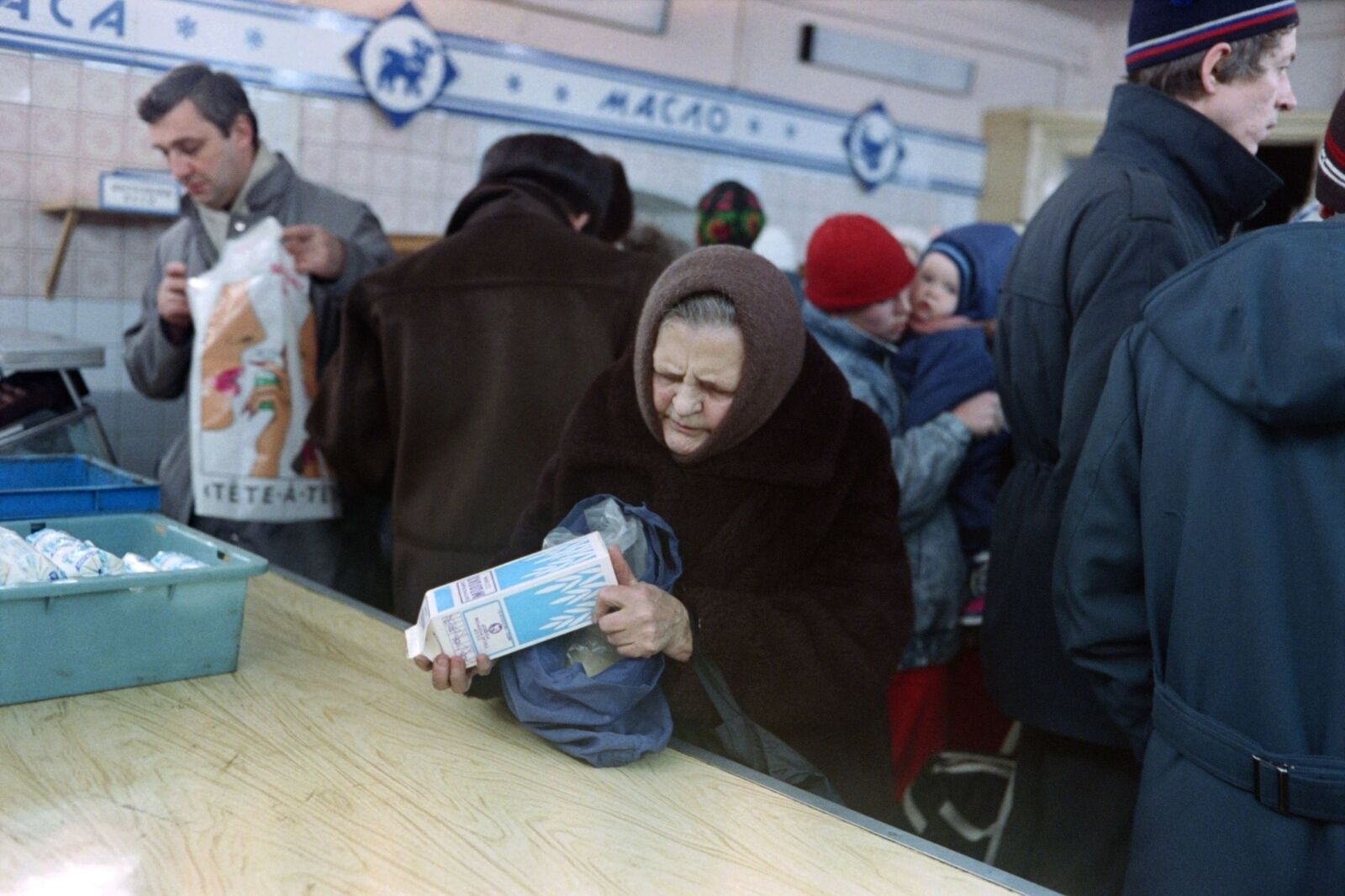 В СССР еда строго дозировалась и выдавалась людям в магазинах по спискам, бумажкам и паспортам