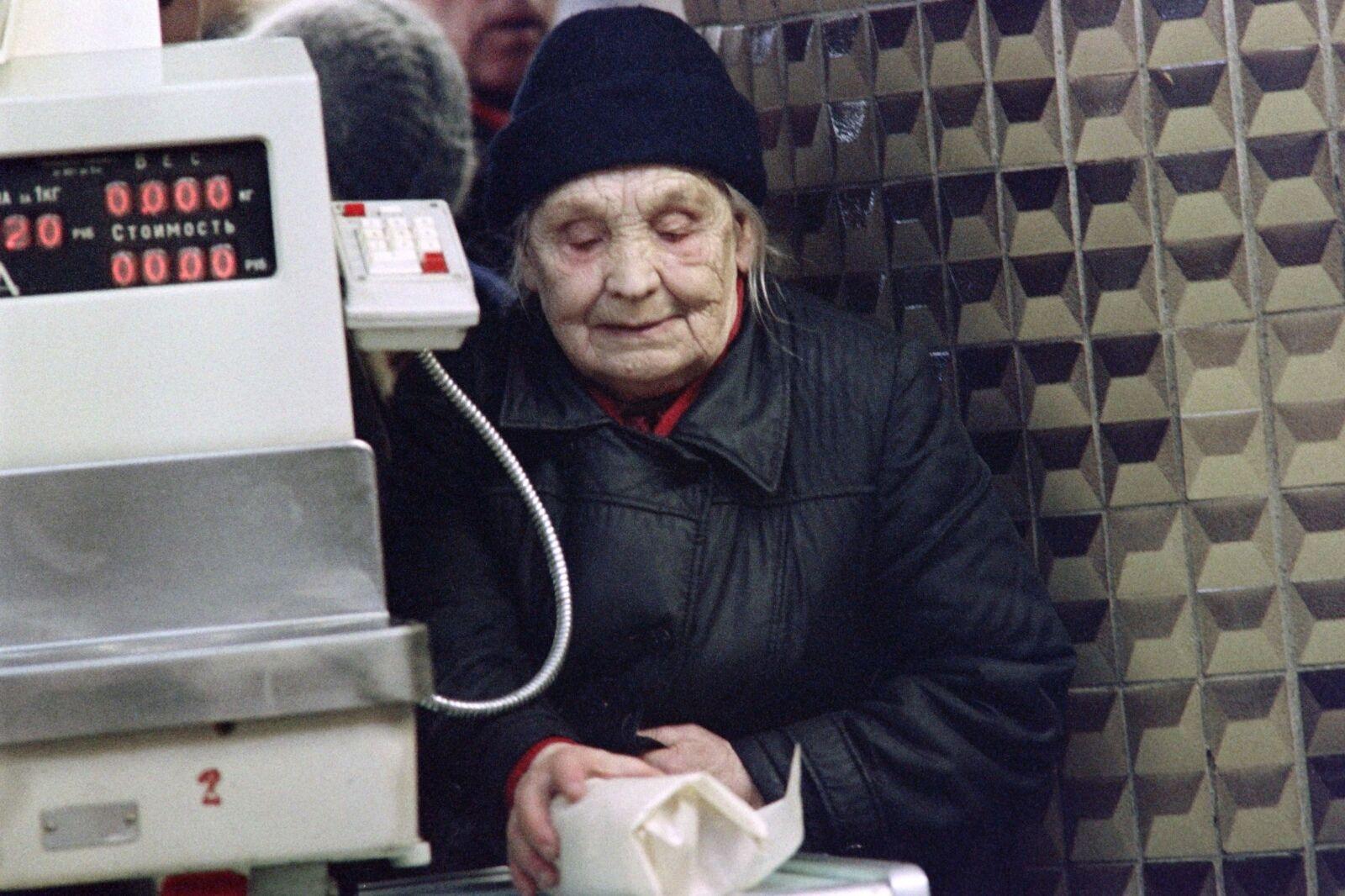 Даже те, кто строил СССР, в преклонном возрасте вынуждены были стоять в огромных очередях за продуктами