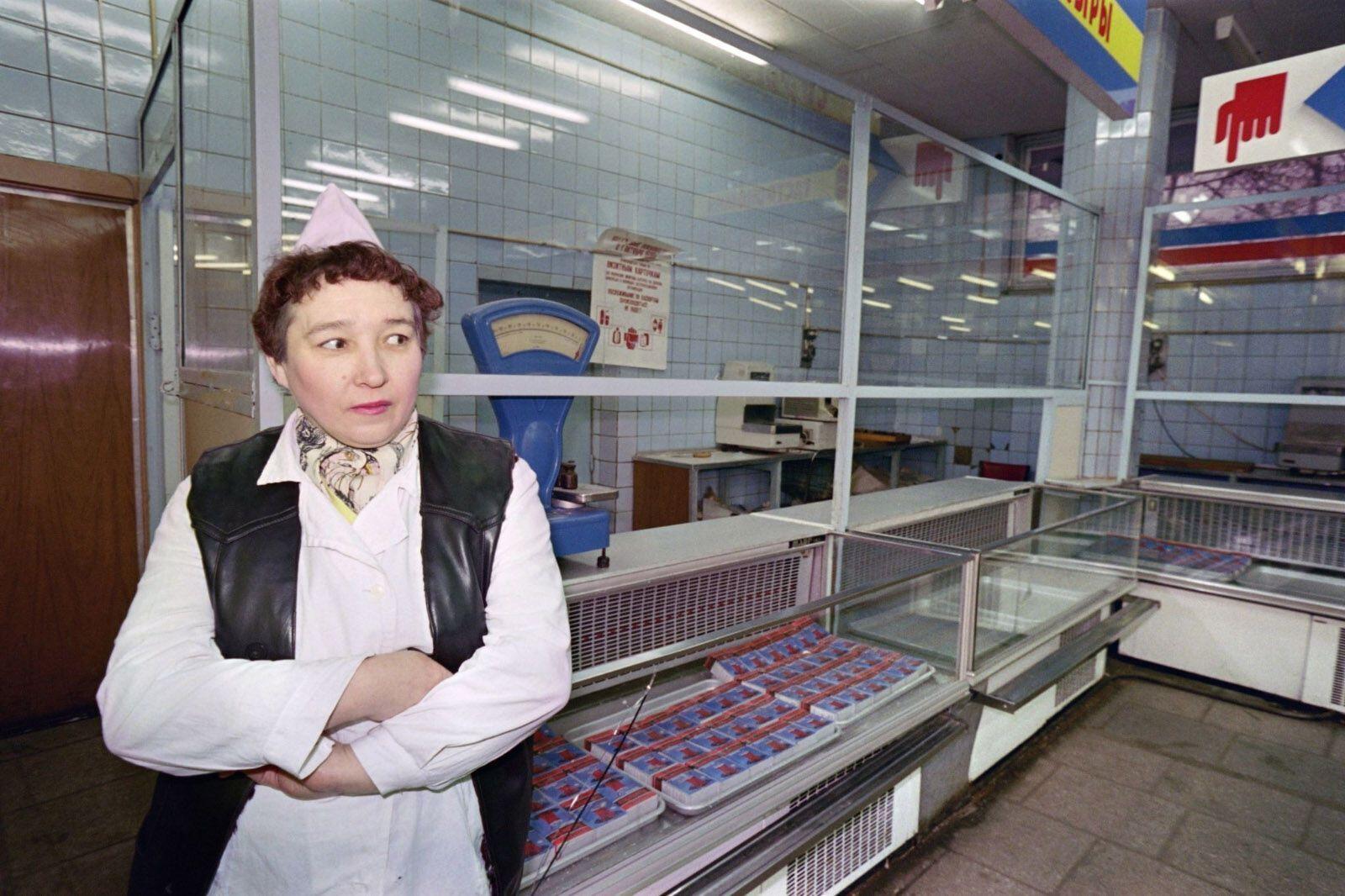 Продавец возле пустых прилавков