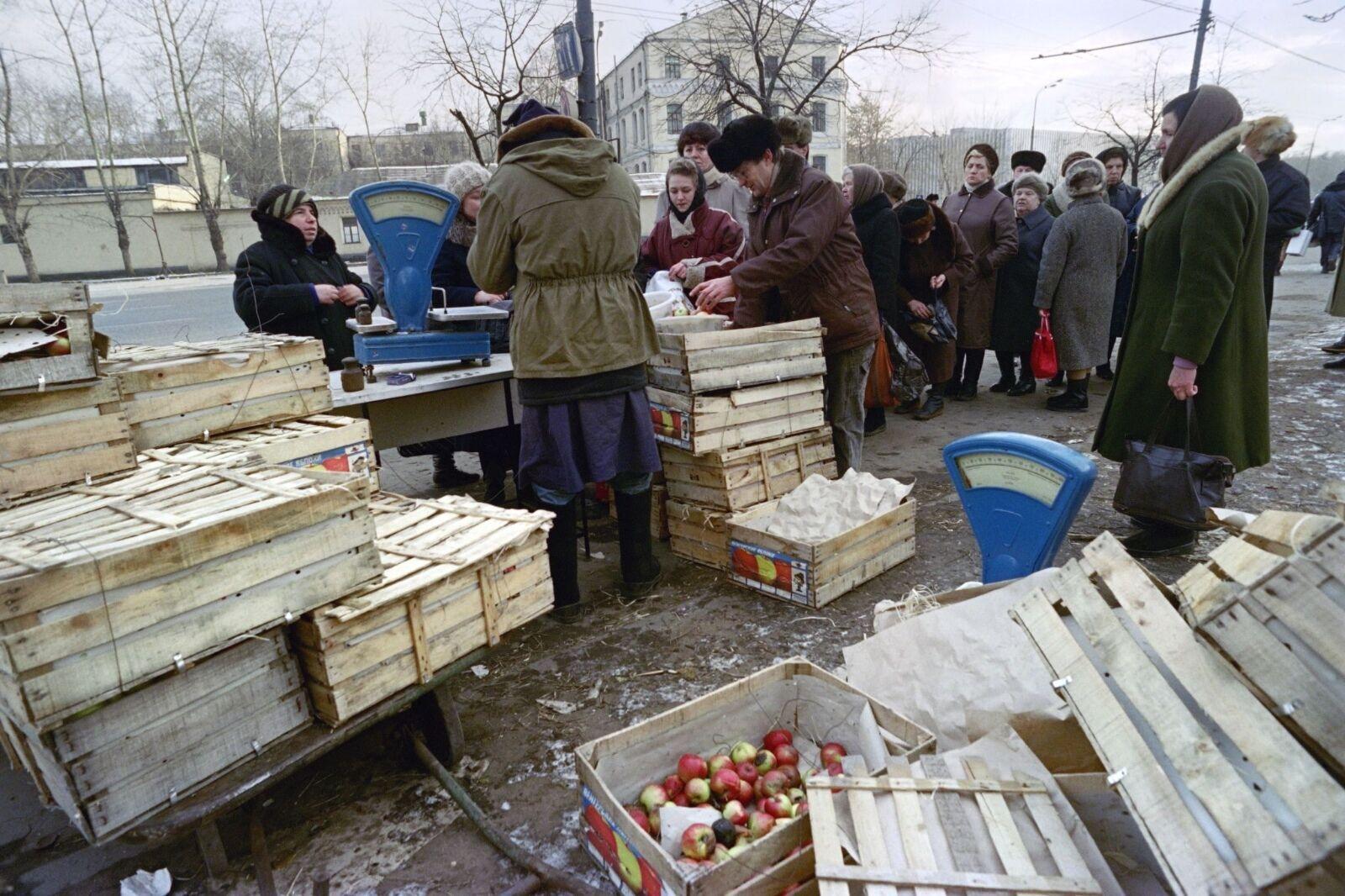 Очередь за яблоками в СССР