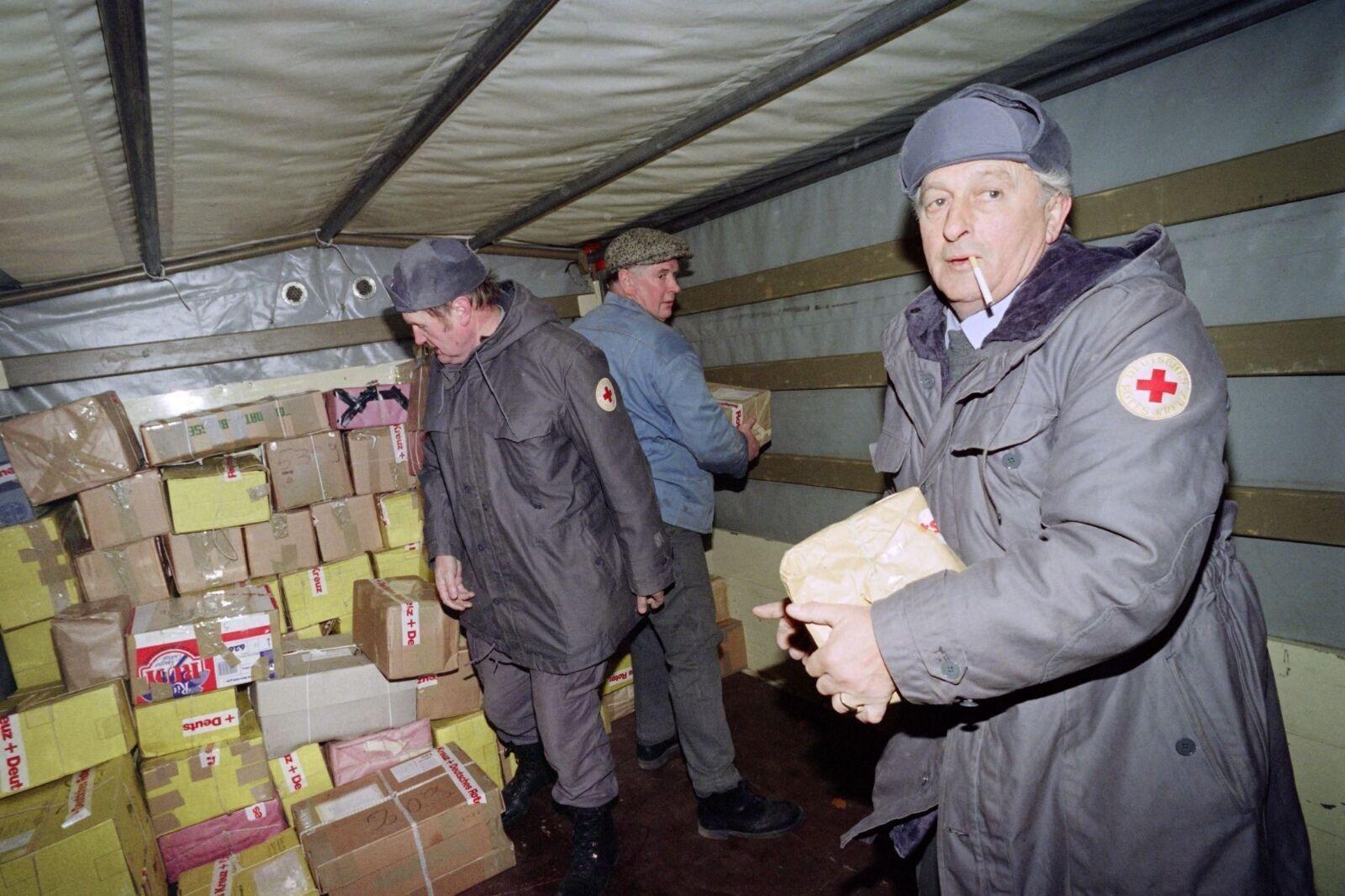 Разгрузка гуманитарной помощи из Запада