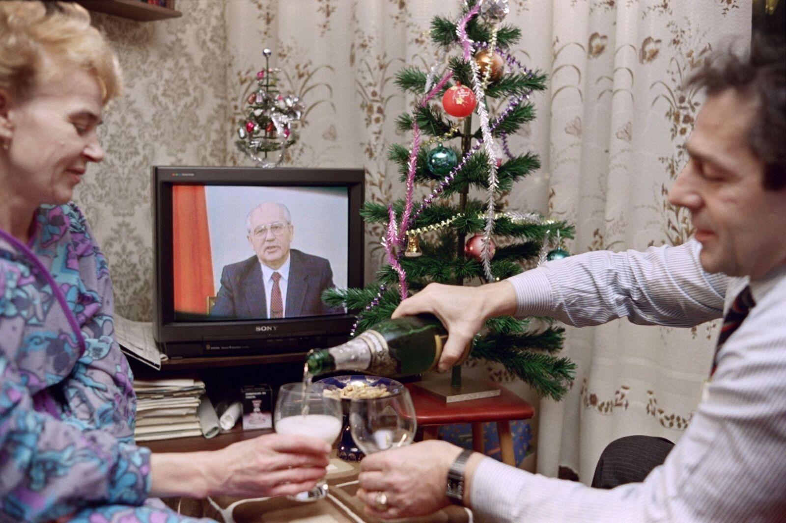 Предновогодние часы 31 декабря 1990 года в зажиточной московской семье. В новом 1991 году СССР не станет