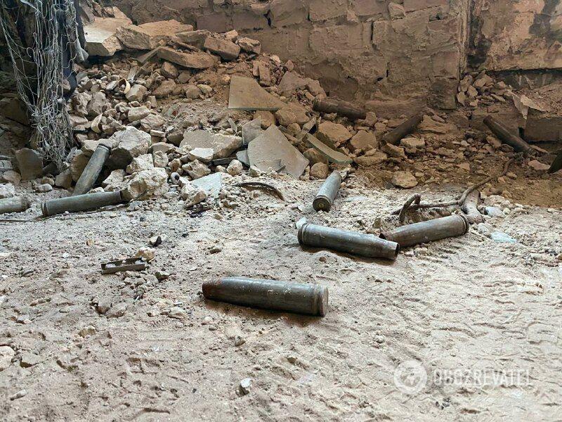 Гільзи в зруйнованій будівлі на Донбасі