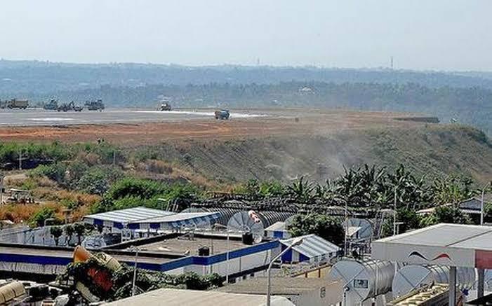 Посадочная полоса в аэропорту Карипура проходит по краю оврага