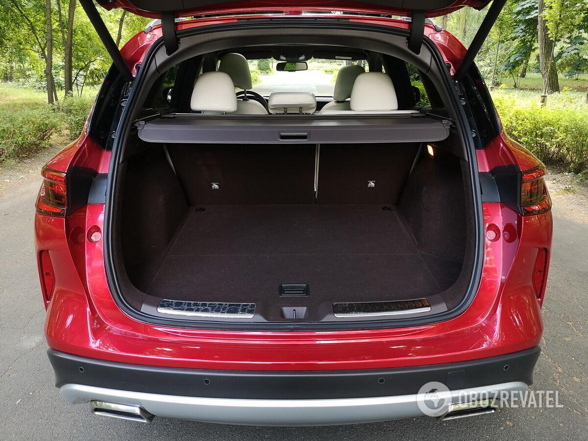 Багажник QX50 вмещает 565 л поклажи. Фото: