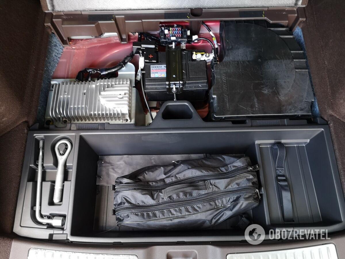 Под полом багажника находится органайзер для инструментов, АКБ и модуль аудиосистемы Bose.Фото: