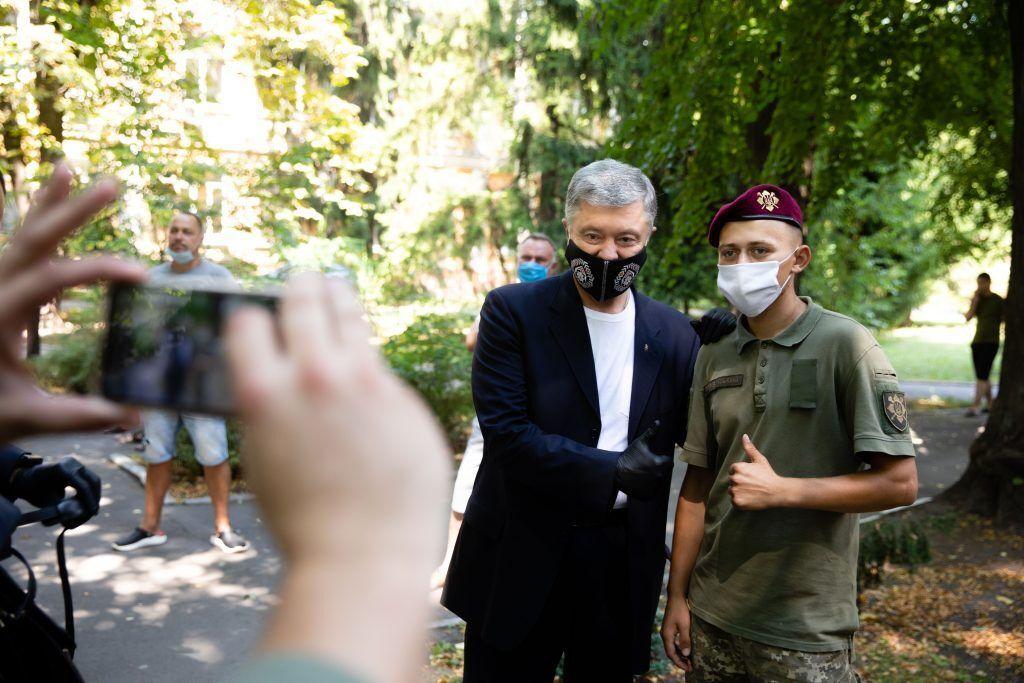 """Порошенко посетил раненых украинских военных и напомнил Зеленскому о """"красных линиях"""""""