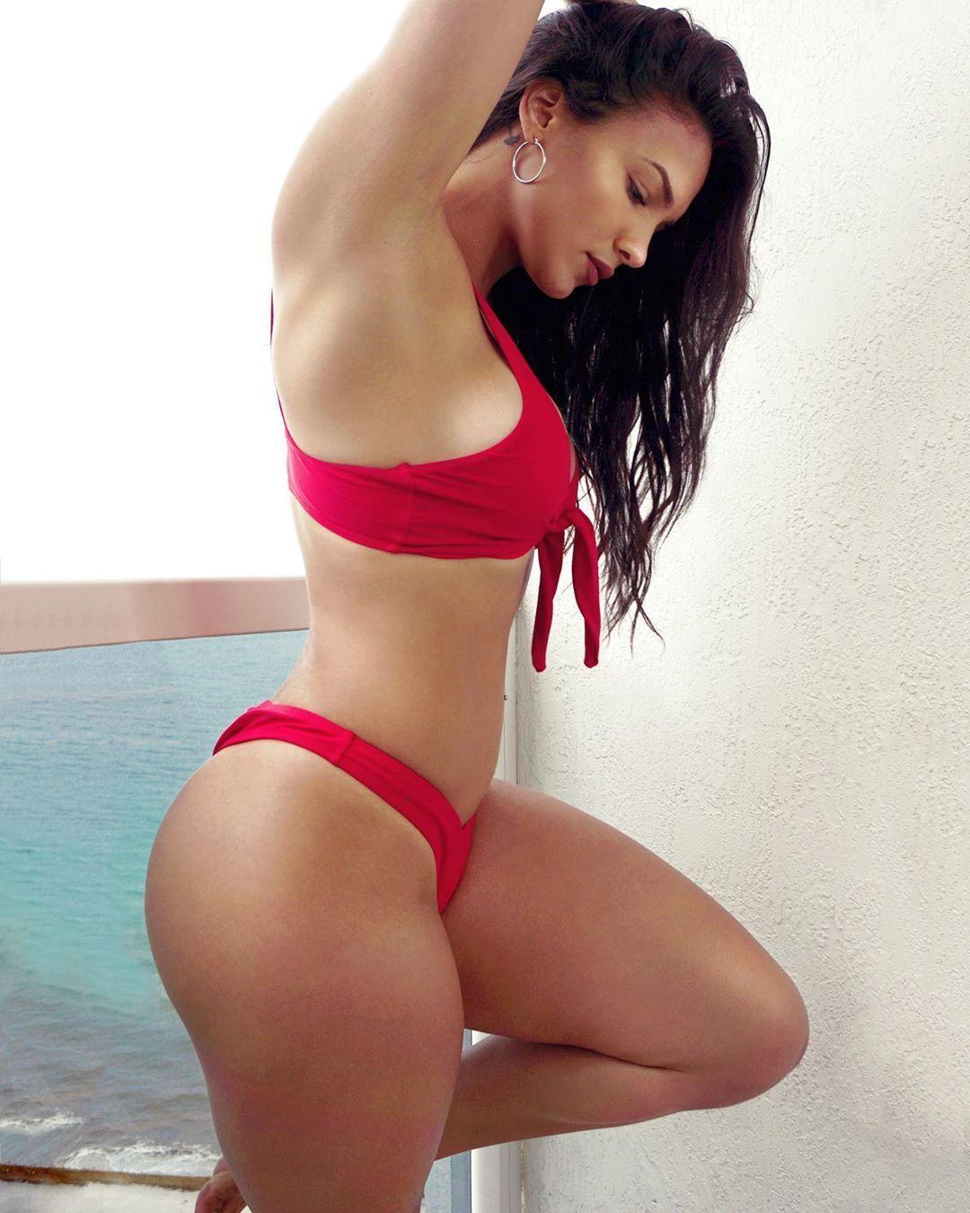 Наташа Эспиноса в красном бикини