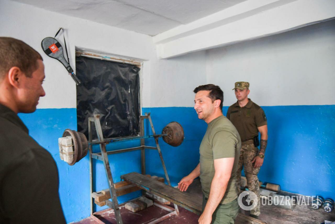 Владимир Зеленский в тренировочном зале украинских военных