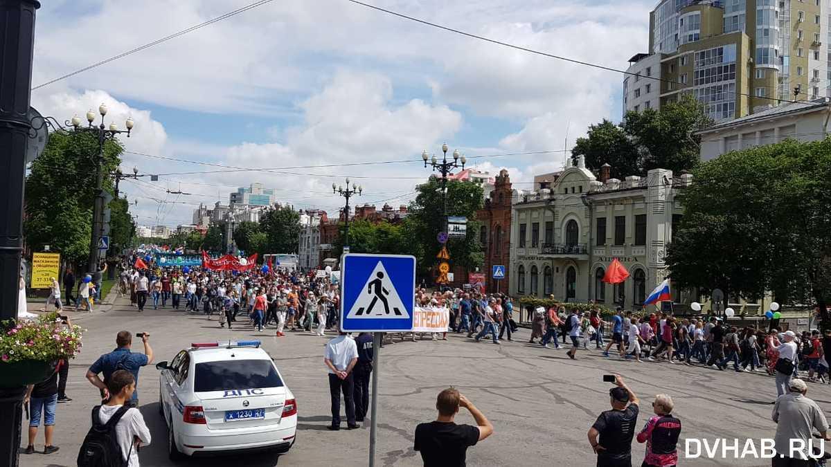 Люди вийшли на вулиці міста