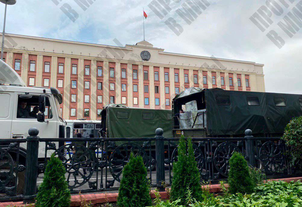 У администрации президента Беларуси заметили военные грузовики