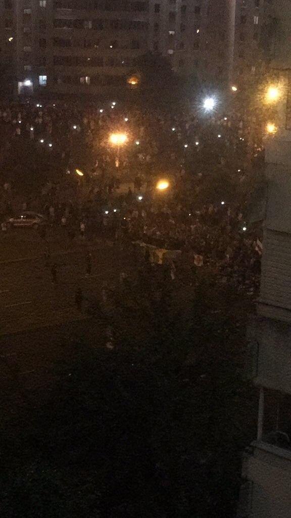 Протестующие в центре Минске начали сооружать баррикады из мусорных баков