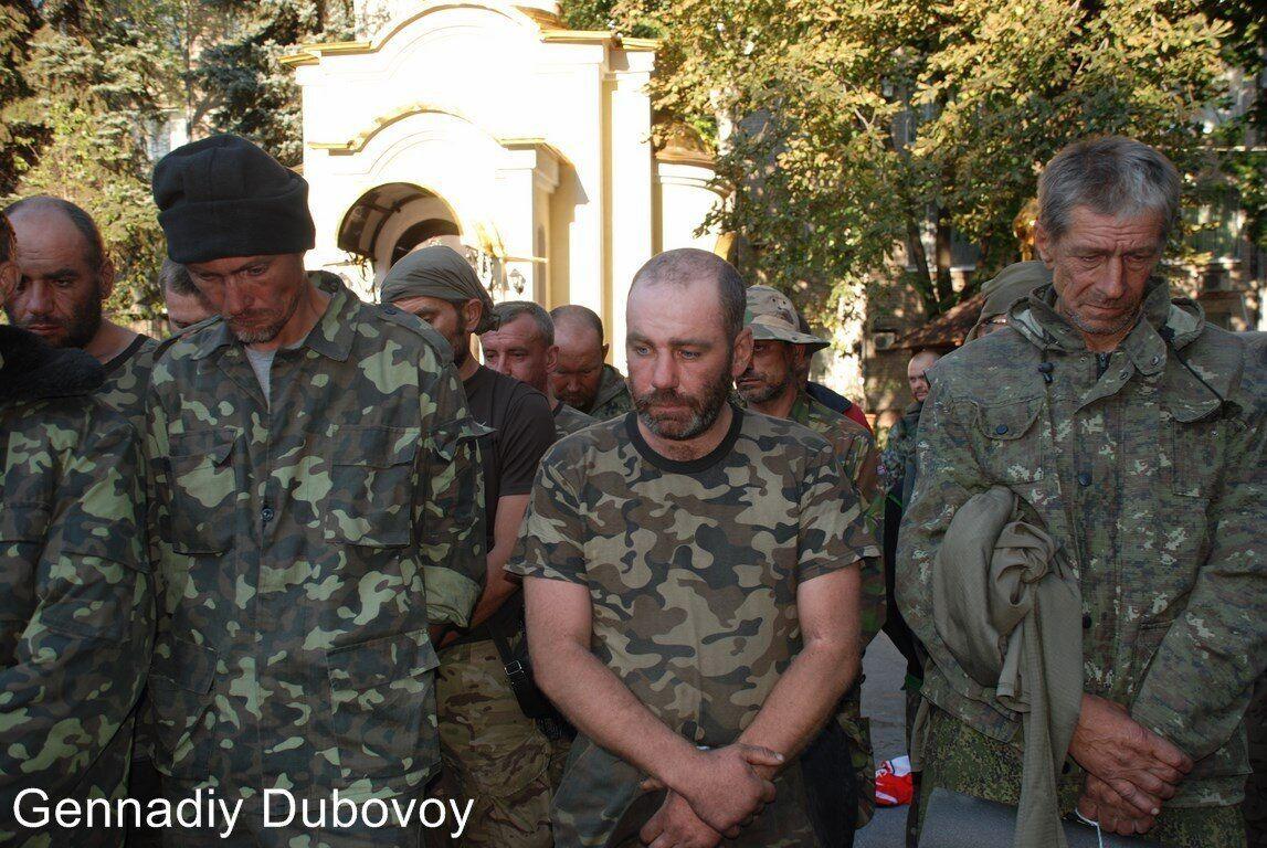 """Багато українців, які пройшли полон, розповідали про тортури і знущання. Наприклад, цим фото російські пропагандисти ілюстрували новини про те, як """"змусили скакати"""" взятих у полон воїнів"""