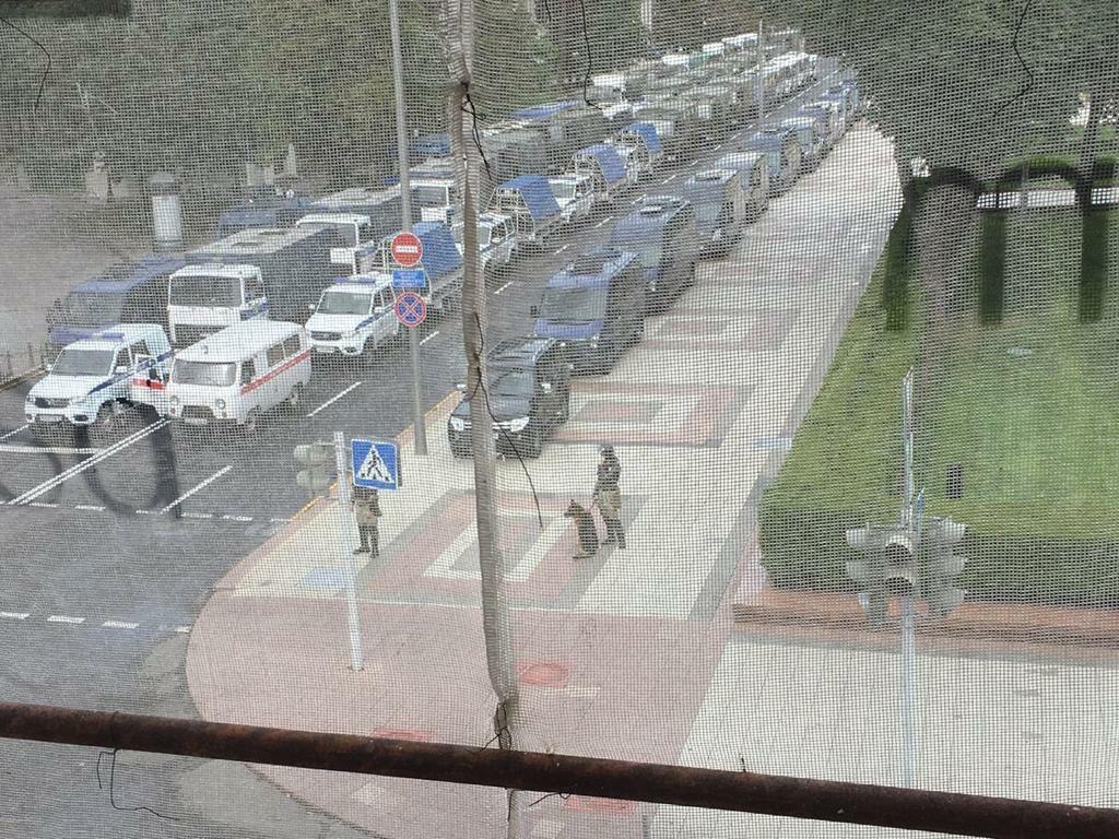 У администрации президента Беларуси заметили военную технику