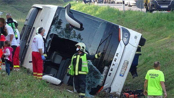 В аварию попал автобус с иностранцами.