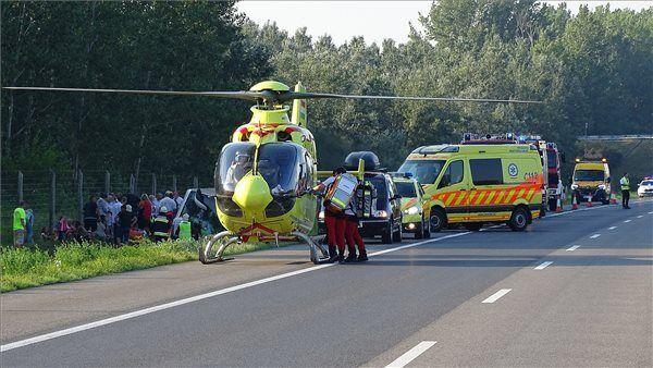 На месте происшествия работали спасатели.