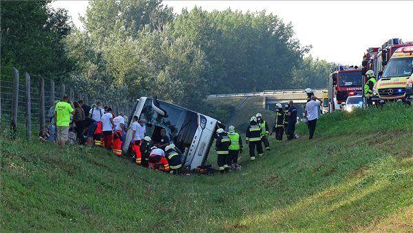 Автобус съехал с дороги при неустановленных обстоятельствах.