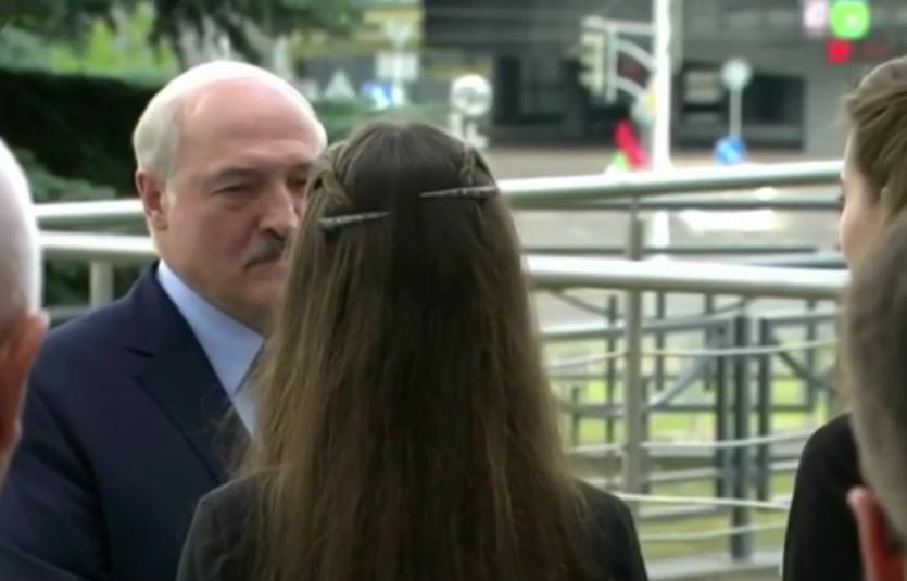 Президента Беларуси встретили с цветами