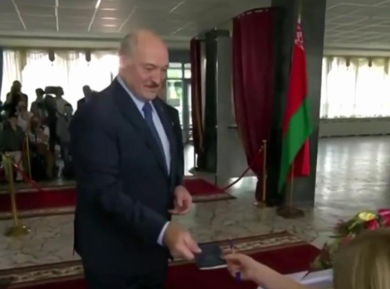 Александр Лукашенко шутил с членами избирательной комиссии