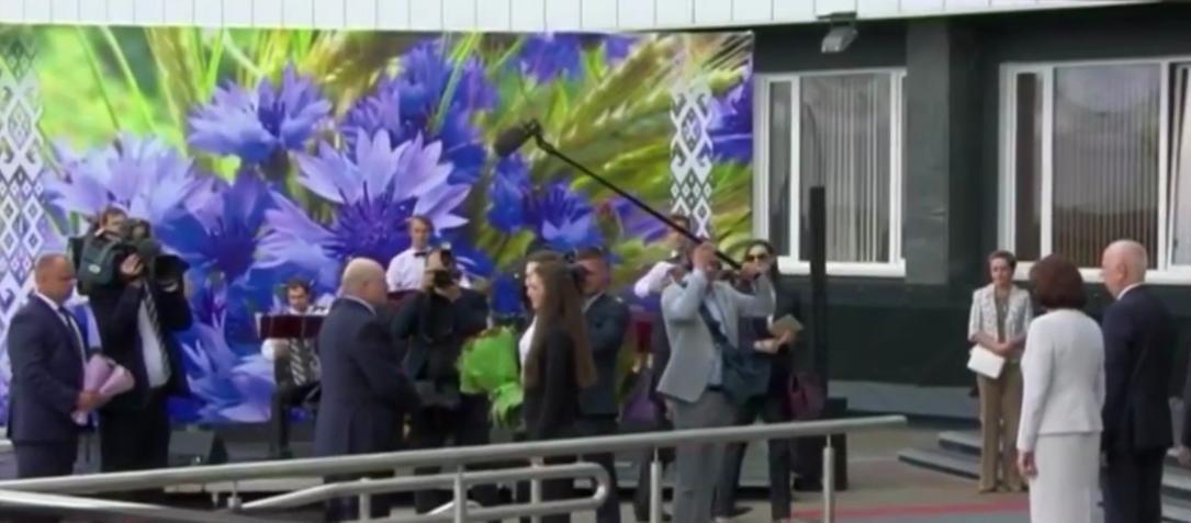 Лукашенко встретили с цветами