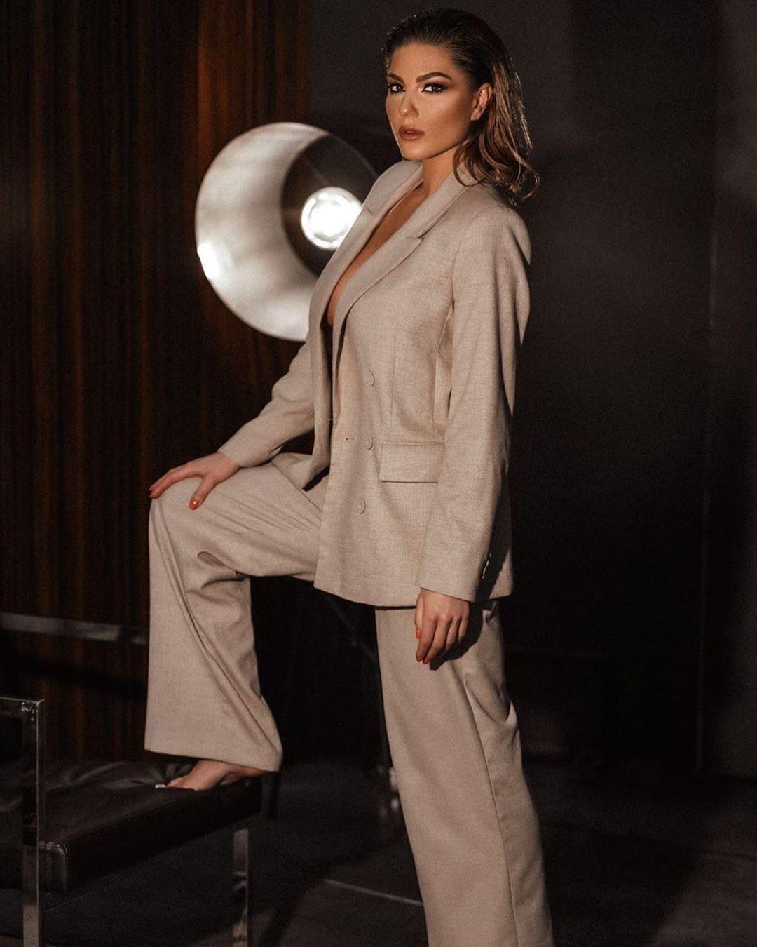 Марина Андрієнко в брючному костюмі