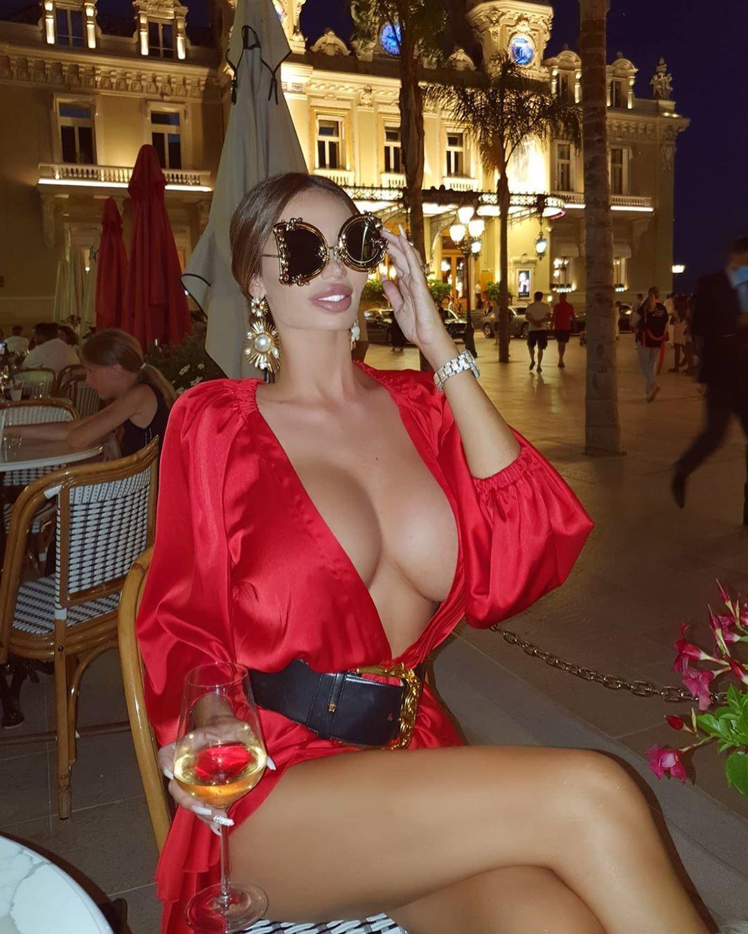 Сорая Вучеліч в кафе в Монако