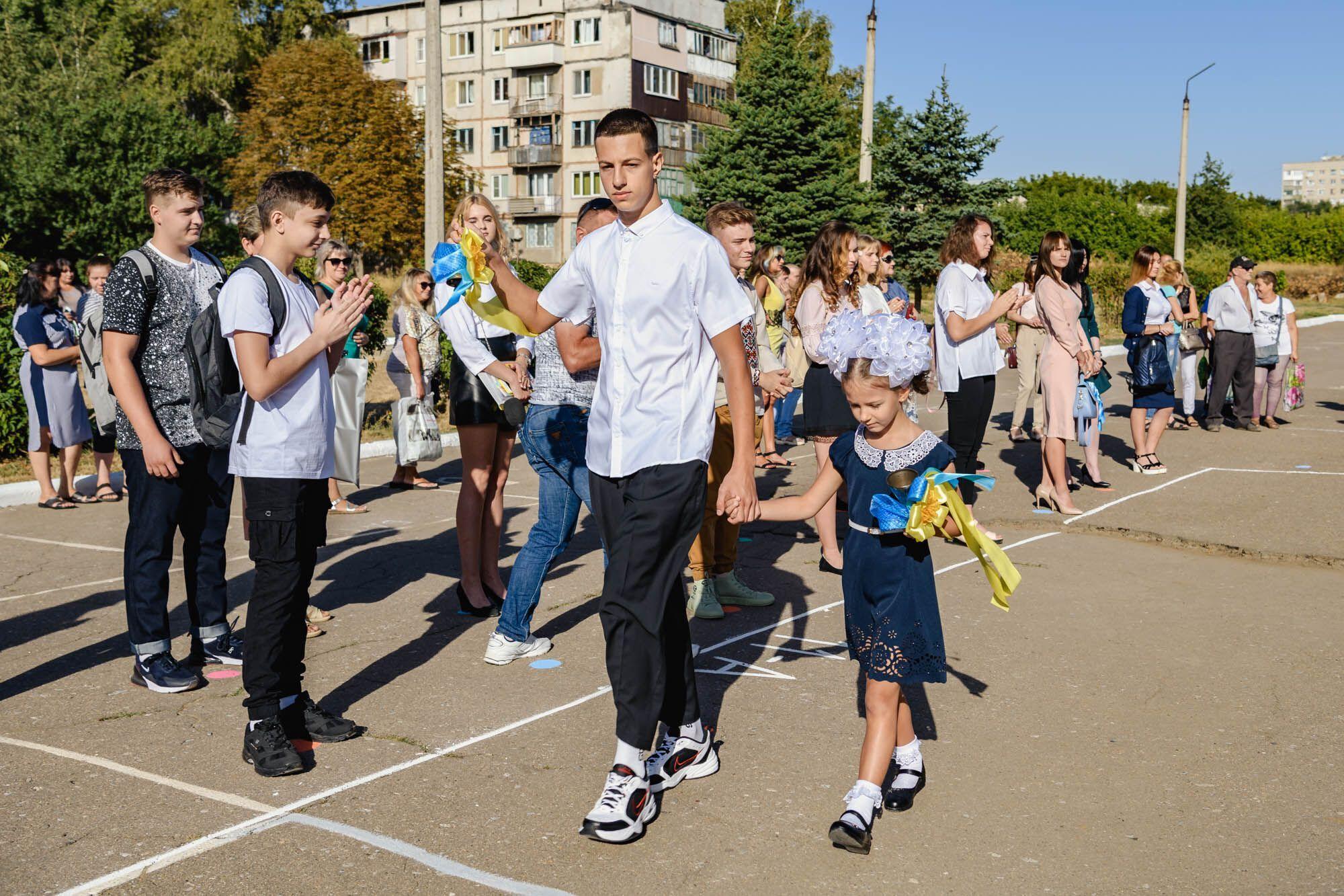 День знаний на Донбассе: первоклассников поздравили благотворители и спортсмены