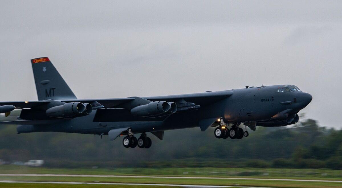 B-52 ВВС США вылетает из Фэрфорда для участия в учебно-тренировочном мероприятии Allied Sky.