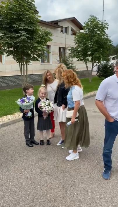 Алла Пугачова разом із дітьми на лінійці