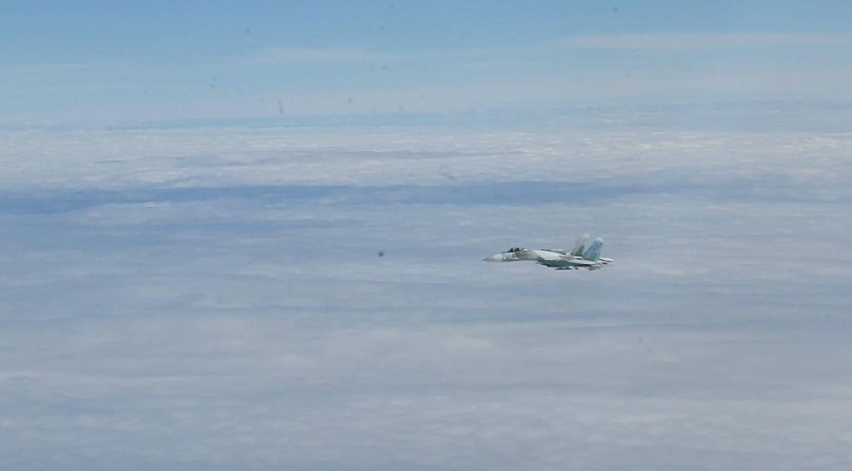 Су-27 перехватывает В-52. Другой российский истребитель последовал за самолетом США в воздушное пространство Дании.