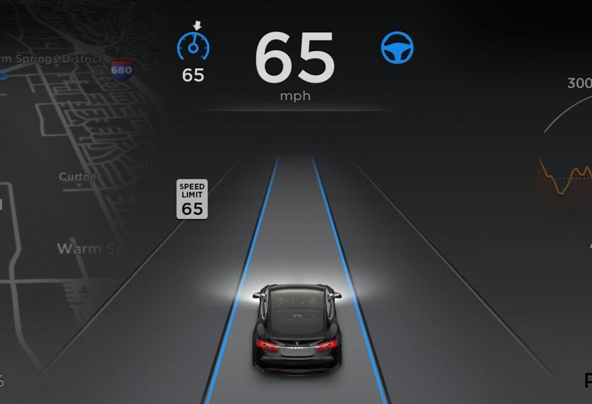 Система Tesla Autopilot считывает ограничение скорости на дороге с помощью камер.