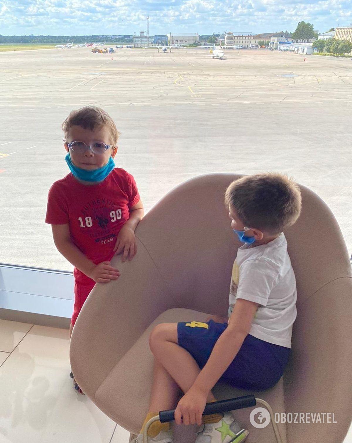 Максим и Тимофей в английском аэропорте