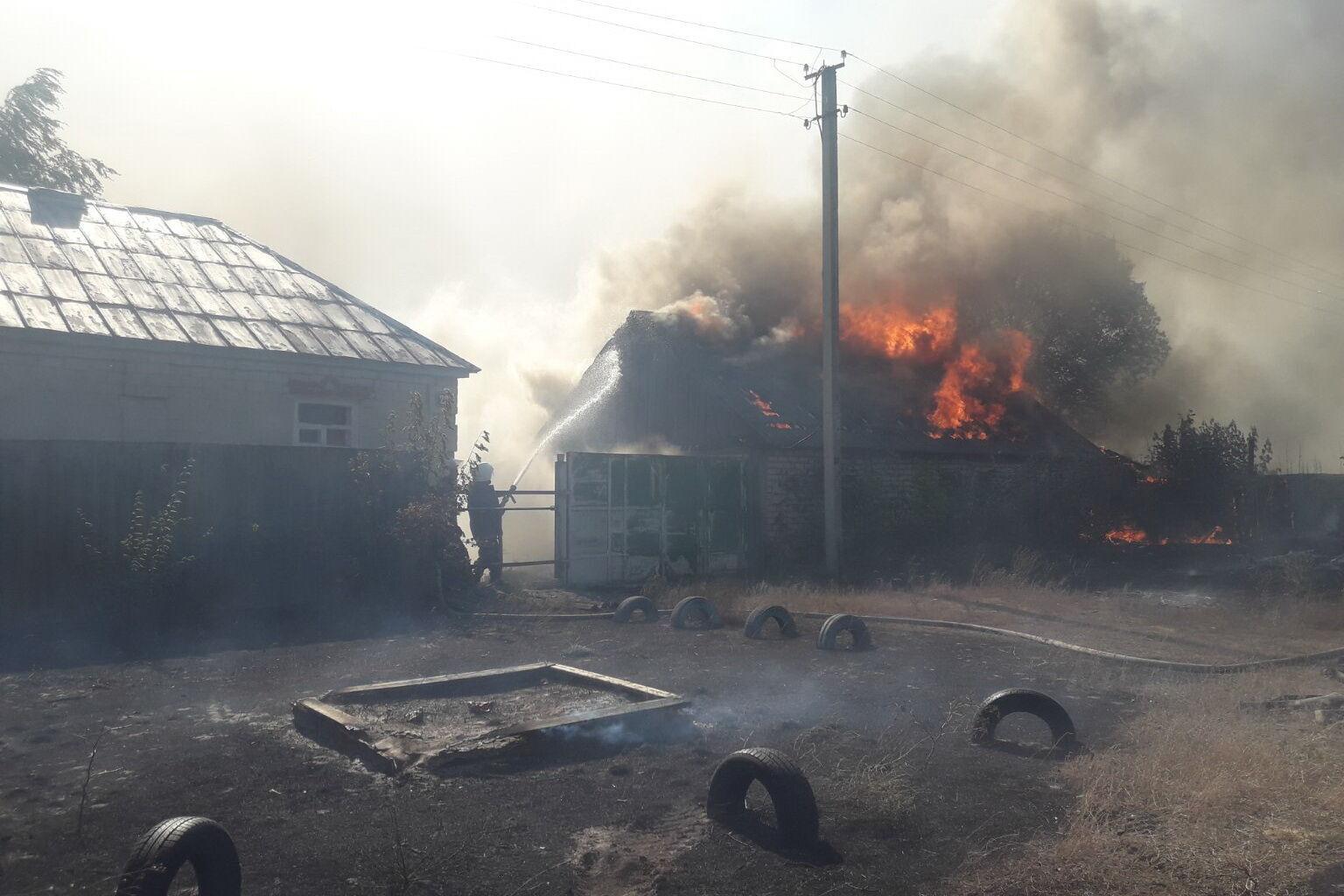 Из-за ветра огонь перекинулся на жилые дома .