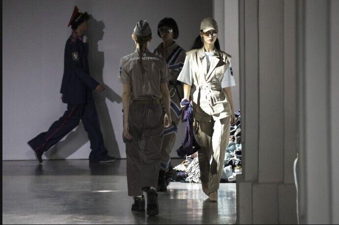 Каждый из дизайнеров подготовил по пять моделей одежды.