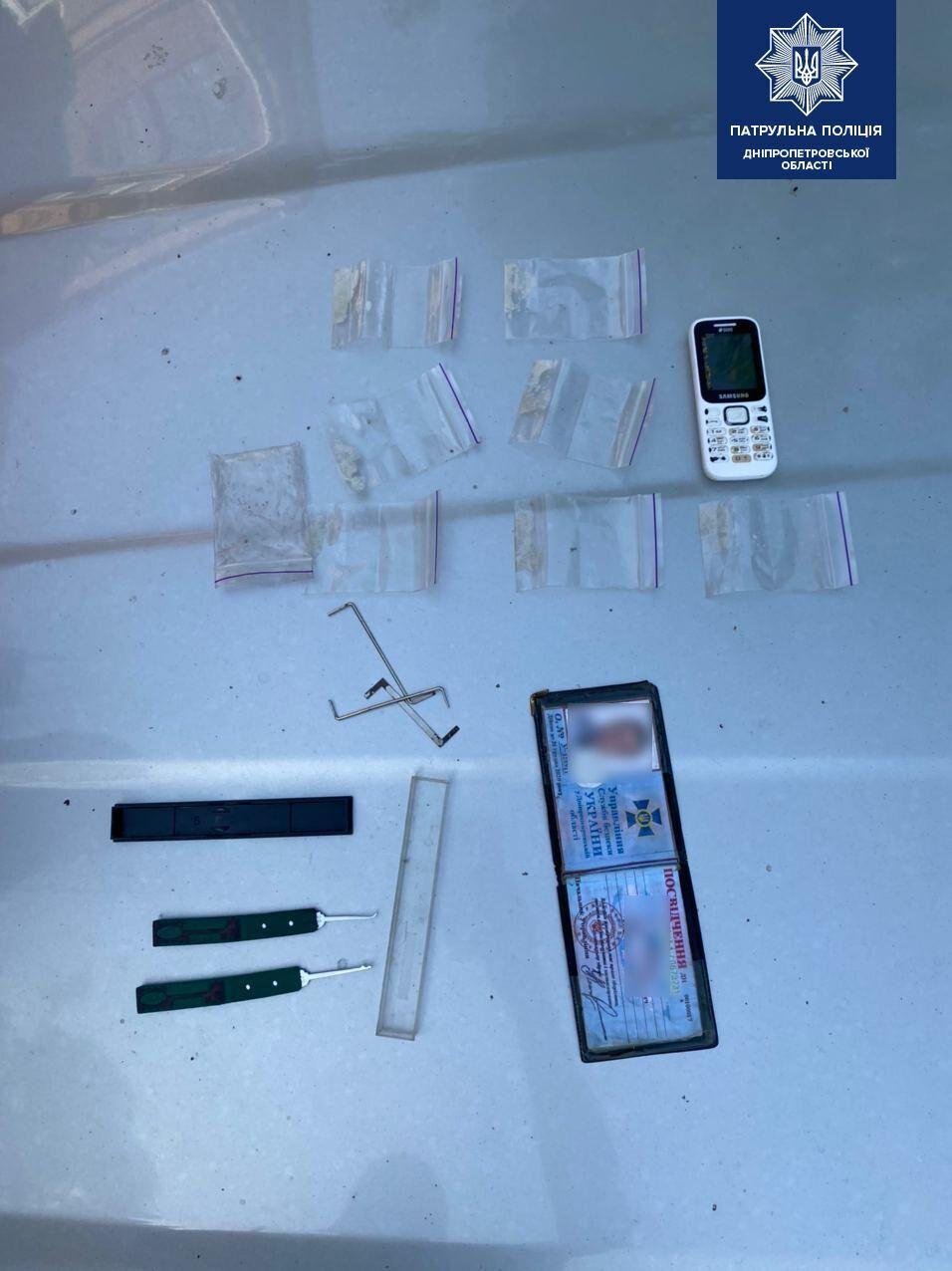 В Днепре лжесотрудник СБУ разъезжал по городу с наркотиками. Фото пресс-службы Патрульной полиции Днепропетровской области