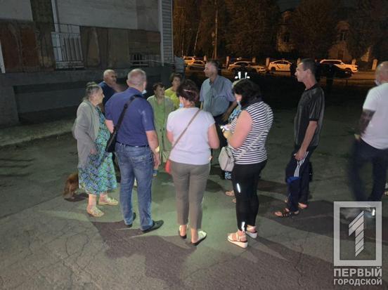 """В Кривом Роге люди в панике эвакуировались из """"треснувшего"""" дома. Фото """"Первый городской"""""""