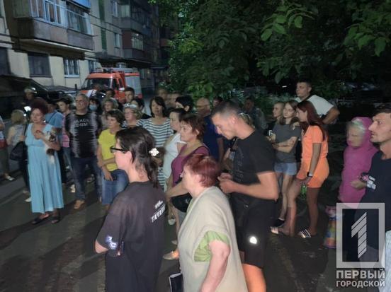 """В Кривом Роге люди эвакуировались из """"треснувшего"""" дома. Фото """"Первый городской"""""""