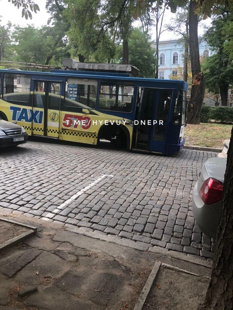 У Дніпрі тролейбус на ходу втратив колесо.