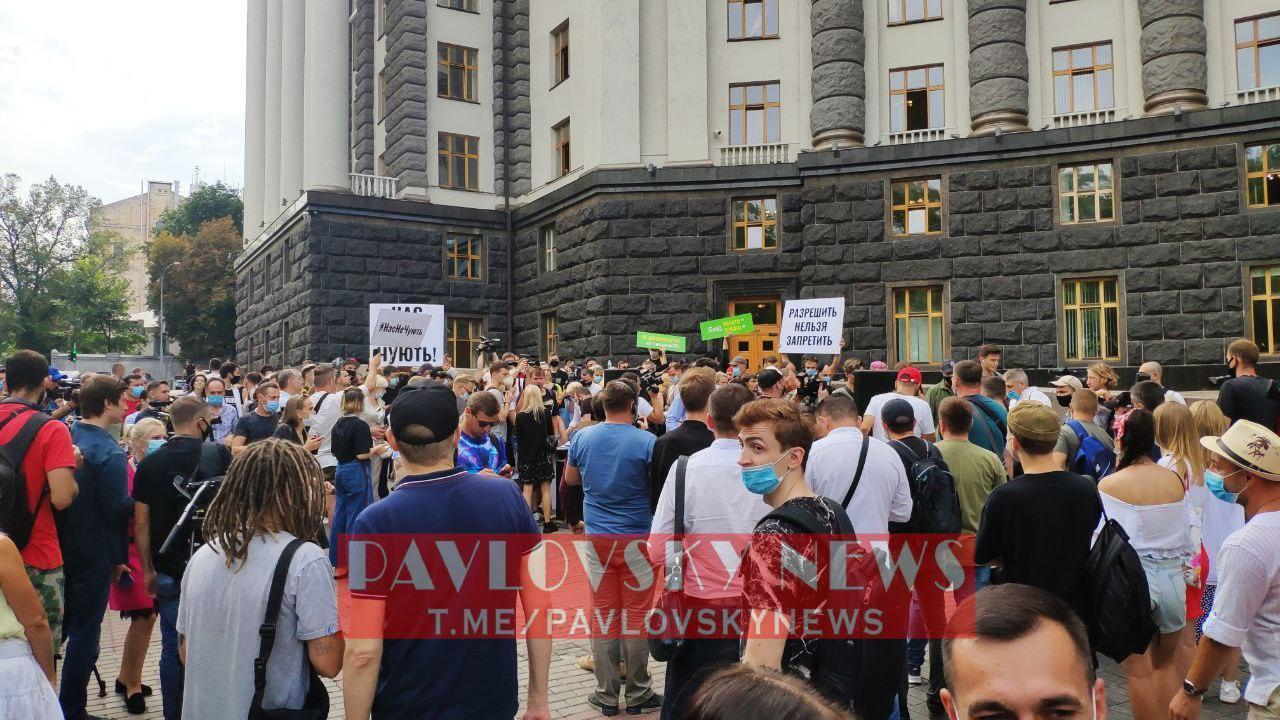 На митинг вышли более 100 человек.