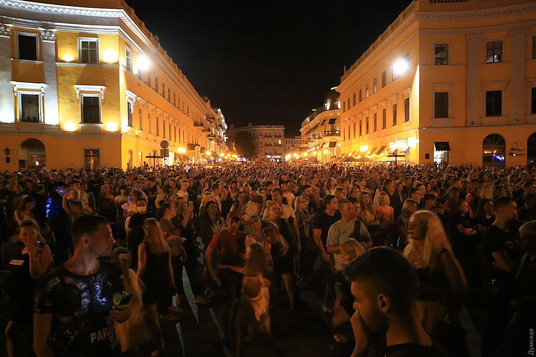 Десятки тысяч людей собрались на площади без масок