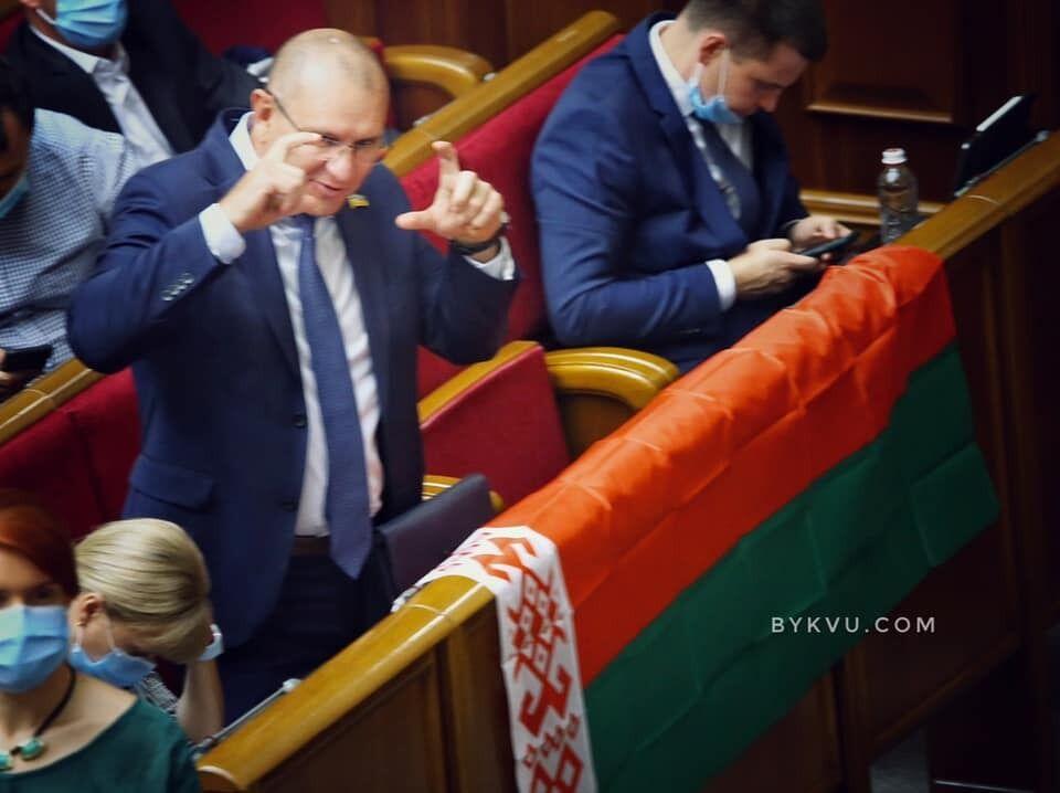 Фотограф зняв нардепа Шевченка з прапором Білорусі.