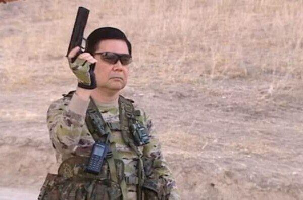 Гурбангулы Бердымухамедов с оружием