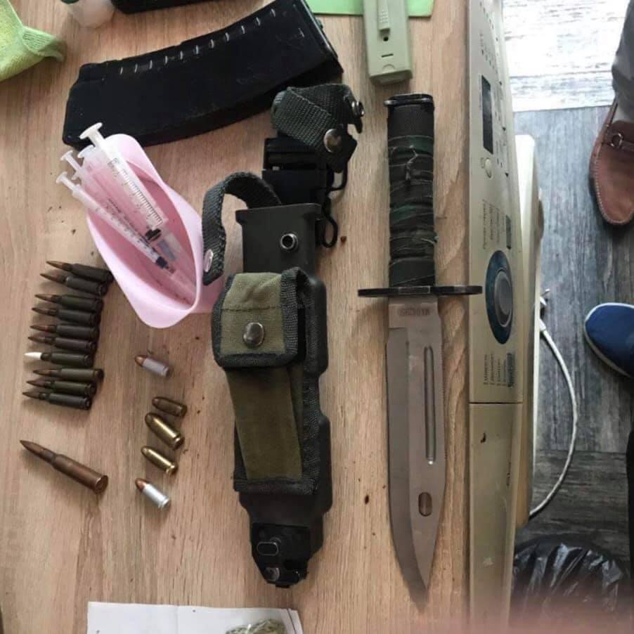 У затриманого виявлено вогнепальну зброю та бойові патрони