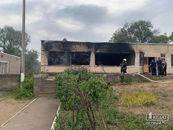 Возгорание началось в отдельно стоящем здании актового зала.