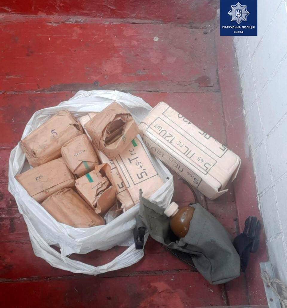 На балконе пенсионерки обнаружили арсенал оружия.
