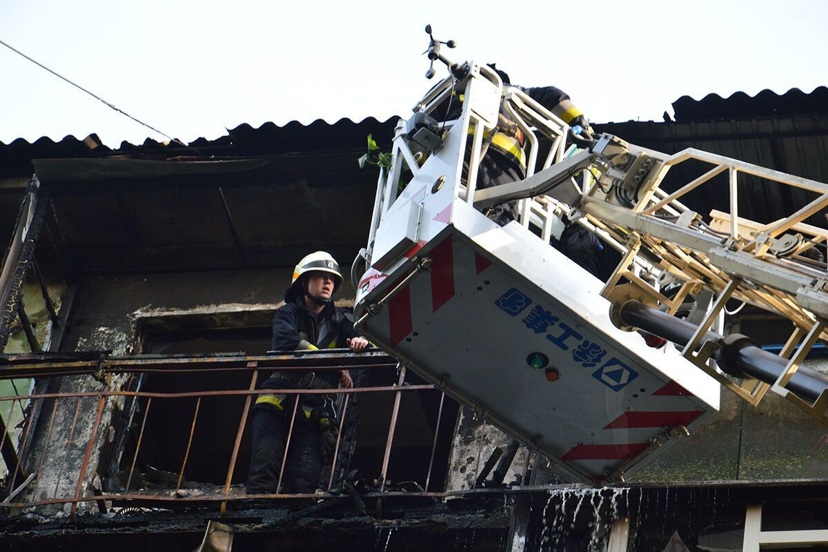 Рятувальники на руках винесли чоловіка з вогню.