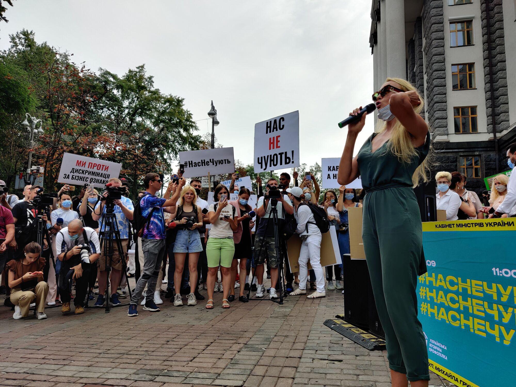 Оля Полякова на акции протеста возле Кабмина.